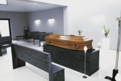 widok na trumnę będącą w kaplicy w domu pogrzebowym